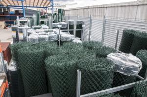 zásoby poplastovaného pletiva na skladě